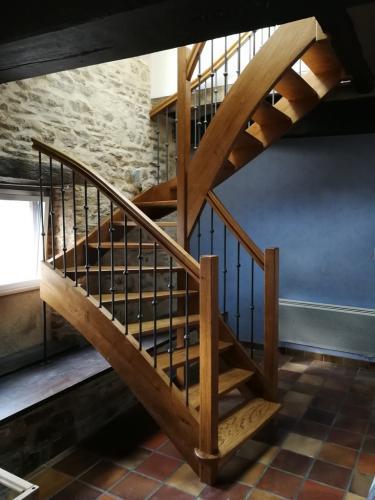 Escalier-demi-tournant-vernis-teinté-barreaus-métalique