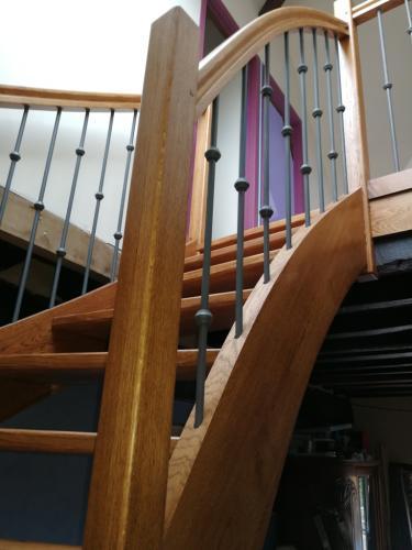 Escalier-demi-tournant-vernis-teinté-barreaus-métalique-1